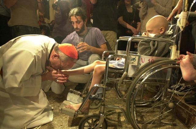 Francis-kiss-aids-patient